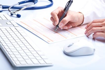Ärztin füllt ein Formular aus