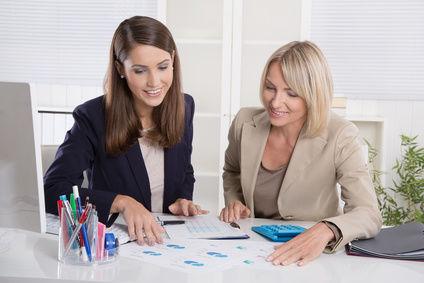 Gesprächssituation mit zwei Frauen an einem Schreibtisch
