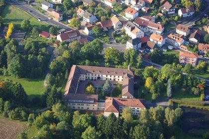 Luftaufnahme vom Pflegeheim Schloss Römershag