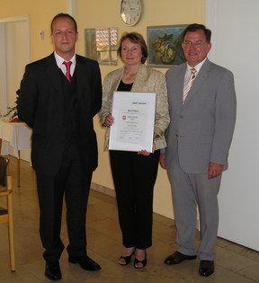 Überreichung des Zertifikats durch Bezirkstagspräsident Erwin Dotzel